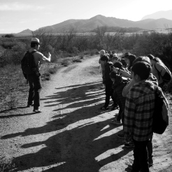 Education et militantisme, jamais l'un sans l'autre. Shrubs program dans les Santa Monica Mountains National Recreation Area, Californie du sud. L'éducation à l'environnement est la clé de la prise de conscience relative aux enjeux de demain. En partenariat avec le National Park Service ce lycée privé organise régulièrement des journées thématiques et des randonnées éducatives en vue de former les jeunes étudiants aux sciences de l'environnement et de l'importance de la sauvegarde des espaces naturels. (Greg, M2 BioGET 2016-2017)