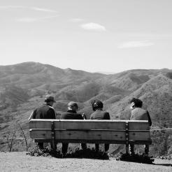 Santa Monica Mountains National Park, Californie du sud. Un groupe de randonneurs s'arrête pour contempler ce qui était deux ans auparavant une vaste étendue de végétation méditerranéenne dense et luxuriante. Aujourd'hui ces communautés végétales se résument à des espaces brûlés peu résilients dû à l'influence de la sécheresse record observable depuis 6 ans en Californie du sud. (Greg, M2 2016-2017)