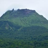 Volcan de la Soufrière (1200 mètres), je partais de 390 m d'altitude jusqu'à 900 m. Ce n'est pas des nuages que l'on voit en haut mais des émissions de soufre (le volcan est encore actif)