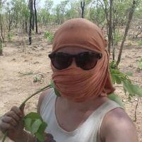 Moi dans la brousse en mode protection contre les moucherons (équipée d'un fouet de Detarium microcapum)